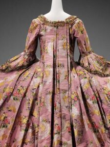 Bata francesa de seda de color rosa con flores espolinadas.